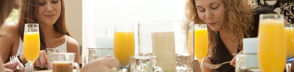 Femme jus d'orange café